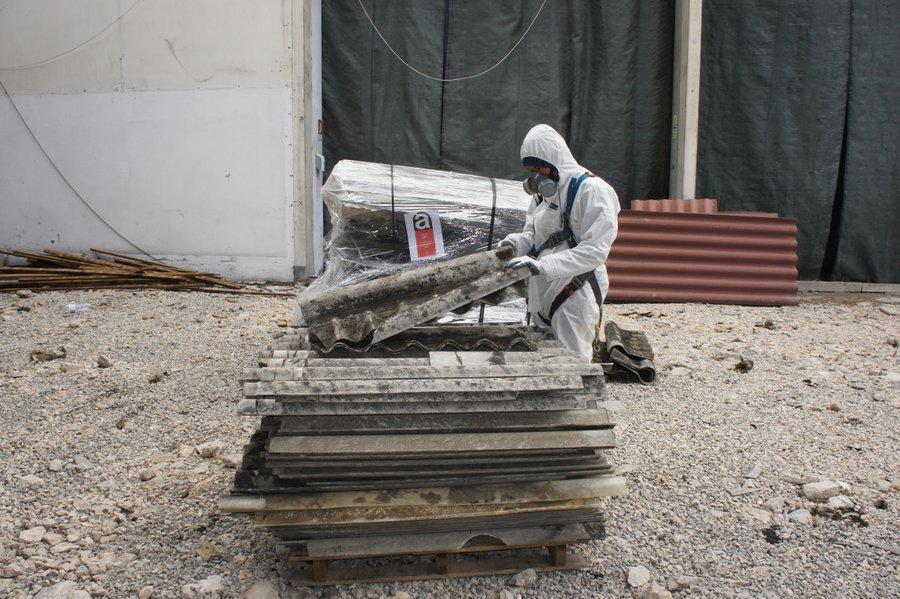 Remoção de cobertura de amianto